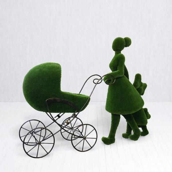 gartenfigur-mutter-mit-kind-kinderwagen-topiary-finnja