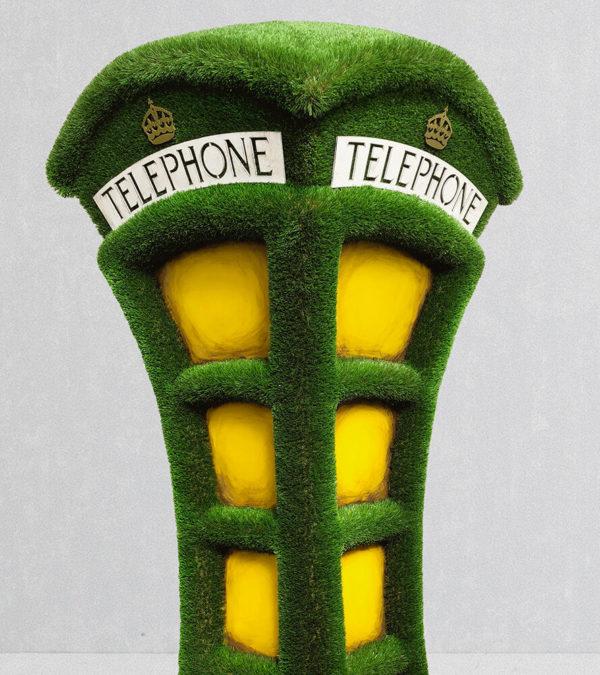 grosse-telefonzelle-als-gartenplastik-formschnitt-kunststoff-umbraculum_2