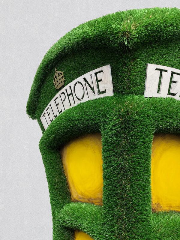 grosse-telefonzelle-als-gartenplastik-formschnitt-kunststoff-umbraculum_3