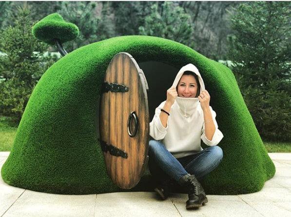 haus-im-huegel-gartenplastik-topiary-gfk-kunstrasen-hobbit-house_5