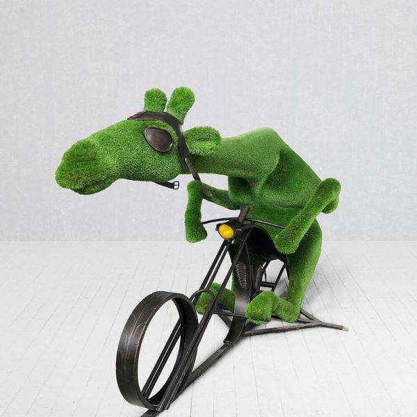 riesige-biker-giraffe-topiary-metall-gfk-kunstrasen-butch_2