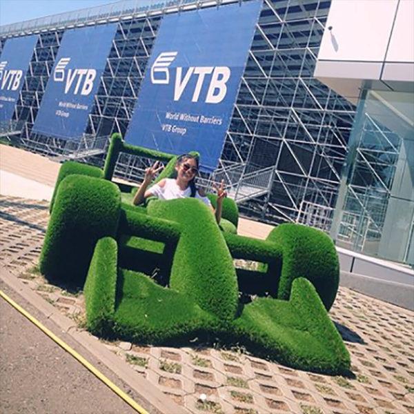 riesige-gartenplastik-rennauto-topiary-gfk-kunstrasen-buzz_3