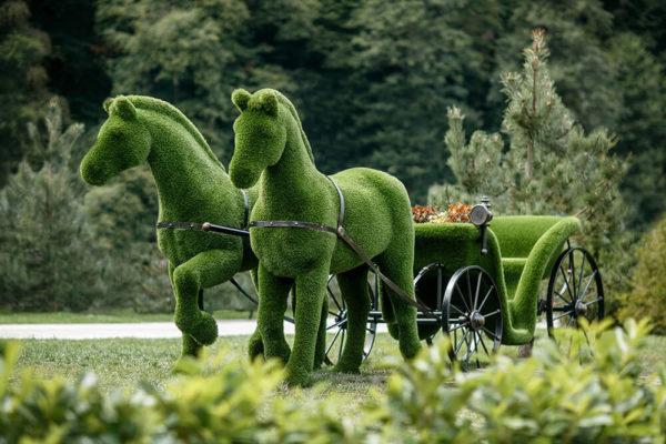 riesige-pferdekutsche-topiary-metall-gfk-kunstrasen-raeda_3