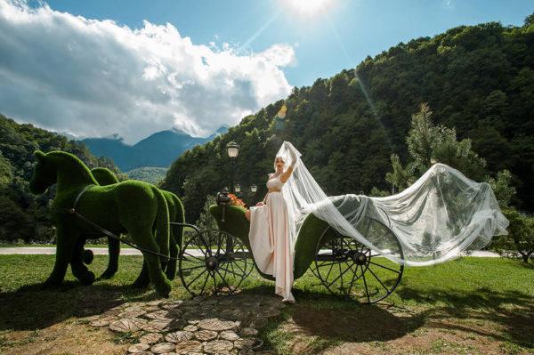 riesige-pferdekutsche-topiary-metall-gfk-kunstrasen-raeda_4