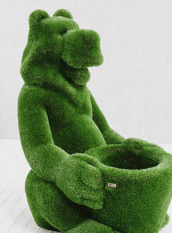 skulptur-baer-mit-korb-glasfaserkunststoff-kunstrasen-gruen-boog_7