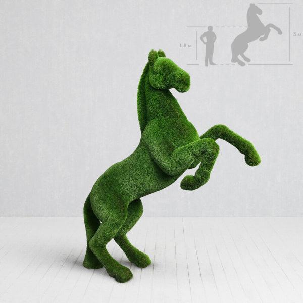 topiary-garten-skulptur-steigendes-pferd-gfk-kunstrasen-priamo